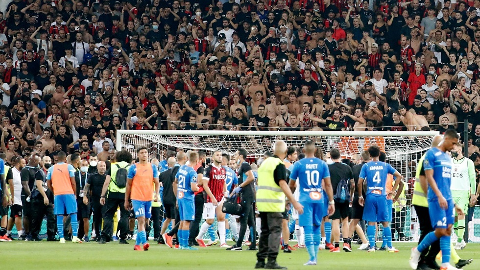 Look .. The match between Nice and Marcello was suspended due to the fans entering the stadium and a big fight broke out.