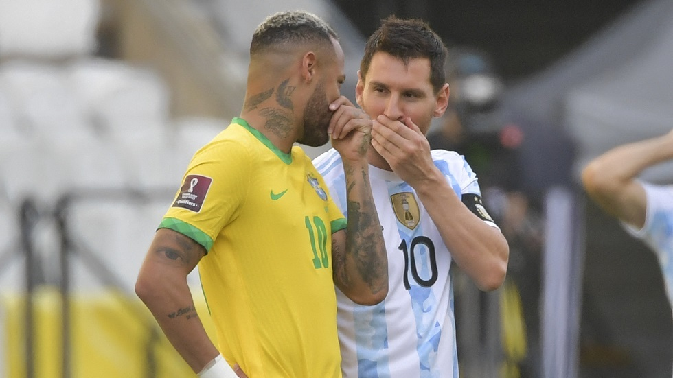 Surprise .. The Argentine players left the field during the match against Brazil